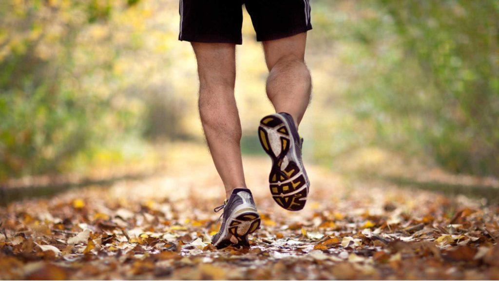 Бег или быстрая ходьба на улице.